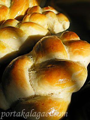 pazar sabahı erkenden mutfağa girip Cherie'nin sitesinde gördüğüm zopf isimli isviçre ekmeklerini pişirdim. zopf görünüş itibari ile aynı annemin yaptığı hatık'a benziyor. ama hatıktan daha yumuşak bir hamura sahip. tarifte sütün ılıtılmasından bahsedilmiyordu ama ben yine de ılıttım. bir de...