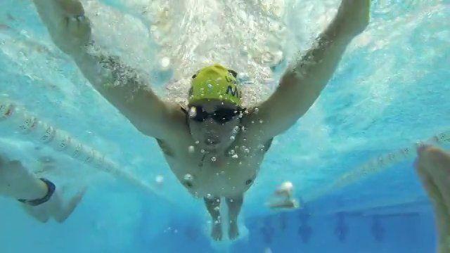 Revisa cómo se vive el taller de Natación en la UMayor y motívate a participar! #umayor #natación #nadar #estudiantes