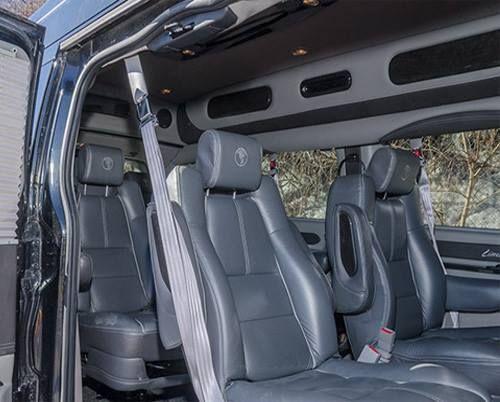 La fourgonnette est dotée d'un lecteur DVD ainsi que de sièges en cuir ultra-confortables.