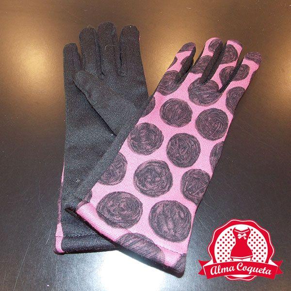 Bonito guante en color negro y rosa con lunares negros grandes con el que nunca pasarás frío pues va forrado por dentro. Ideal para personas alérgicas a la lana #guantes #fashion #retro  #almacoqueta #leonesp #invierno #lunares #rosa #negro #largo