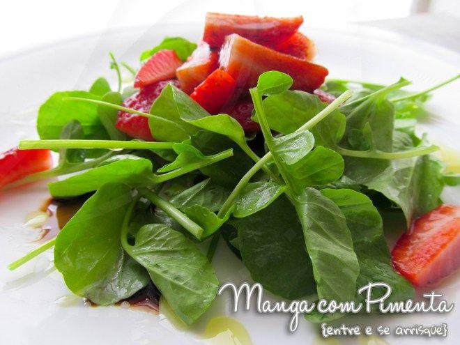 Salada de Agrião com Morangos e Vinagre Balsâmico. Para ver a receita, clique na imagem para ir ao Manga com Pimenta.