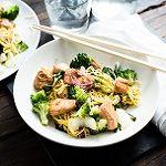 Teriyaki zalm met noodles en groenten
