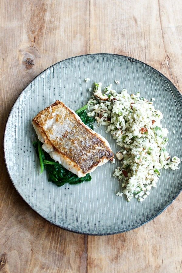"""Stegt kulmule med spinat og blomkålscouscous med krydderurter og mandler // Pan seared hake with spinach and """"couscous"""" of cauliflower with herbs and almonds"""