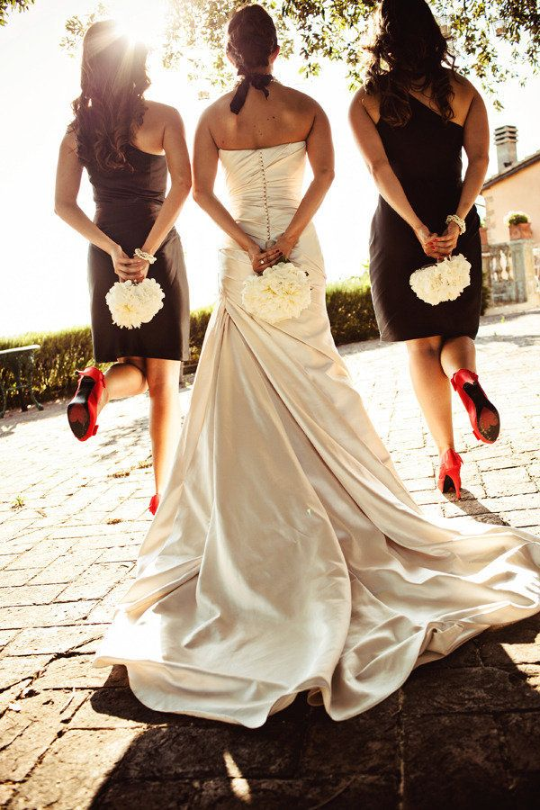 The bride & her girls. Photography by jacquelinephotography.net, Event Design by glameventsintuscany.com, Floral Design by ilgiardinodellefate.it