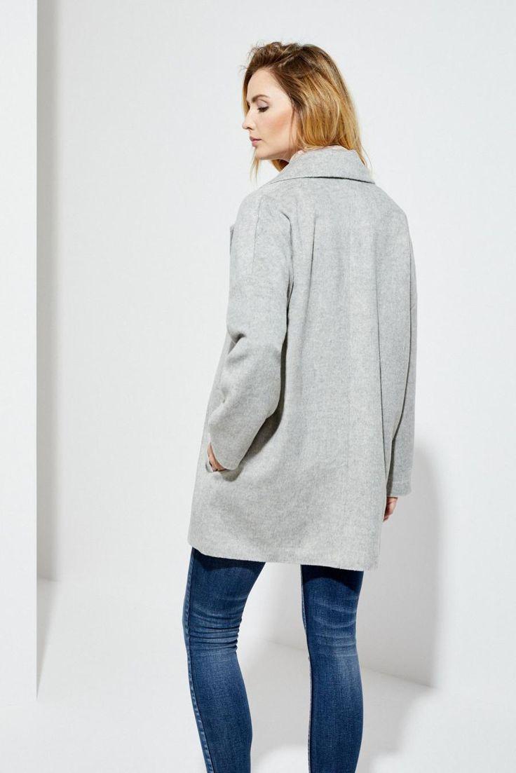 Moodo Kabát dámský se zapínáním na jeden knoflík Dámský kabát je vyroben z příjemného a hřejivého materiálu. Kabát má jednoduchý střih se zapínáním na jeden knoflík. Vnitřní strana má podšívku. Velice slušivý a vhodný k …