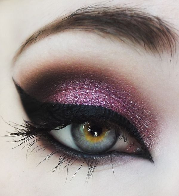 Pinup Beauty: this is gorgeous eye makeup with purple eyeshadow and catseye eyeliner.