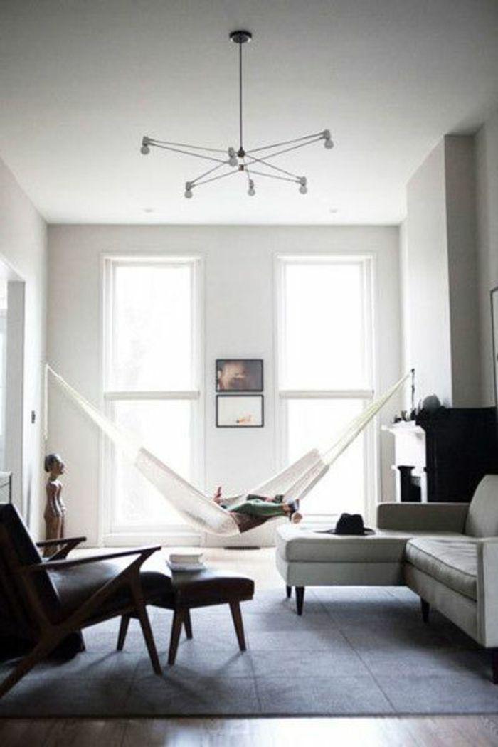 decoracion-minimalista-hamaca-sillon-de-madera-sofá-blanco-alfombra-gris
