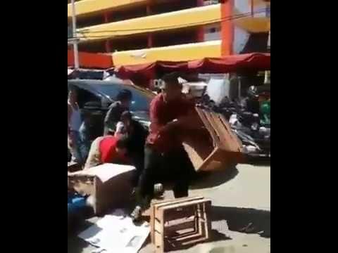 Pejabat ini Menghancurkan Dagangan Pedagang Kecil Hanya Gara  Gara Mengh...