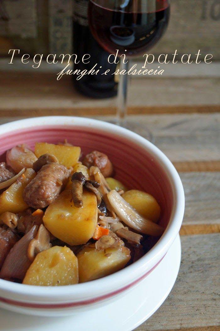 Tegame di patate, salsiccia e funghi al vino rosso