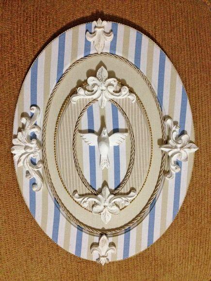 Quadro de Espírito Santo confeccionado artesanalmente em moldura de MDF oval, com acabamento em tecido e detalhes em resina. Faça sua encomenda para ter algo exclusivo para você. R$ 190,00