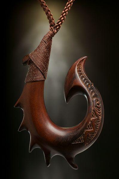 Meister Carver Leonati Motuliki, auf der Vava'u Inselgruppe im Königreich #Tonga lebend, ist ein international bekannter Holz Schnitzer, dessen Sammlungen bis Europa und Amerika gehandelt werden.