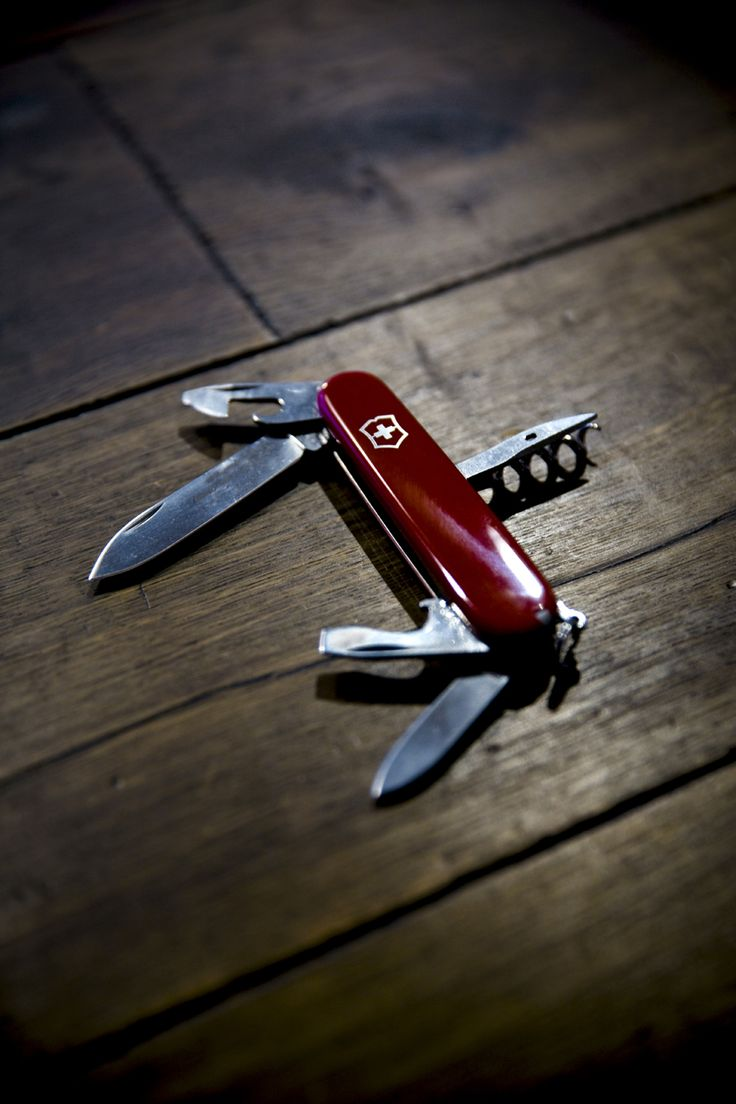 Couteau suisse  à Genève  fin des années 1880  Design d'objet    couper / déboucher une bouteille / éplucher ... l'industriel Karl Elsener