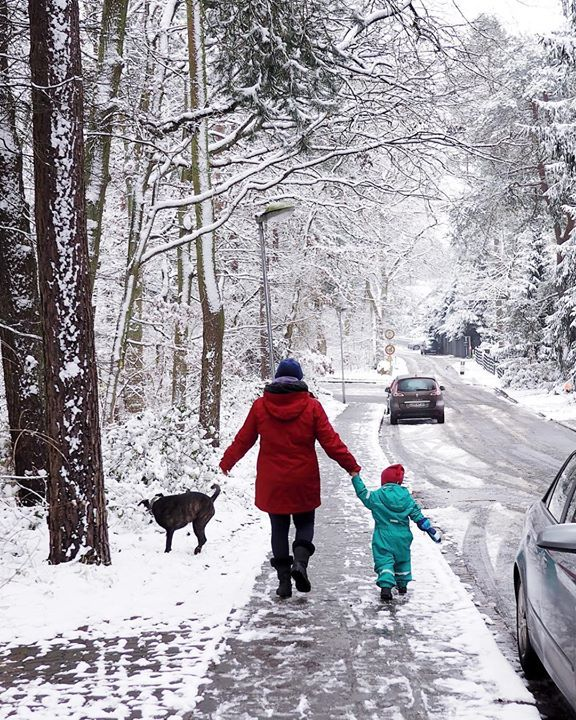 """Let it snow    Ich war 14 als ich das erste Mal Schnee sah. Vorher kannte ich es nur aus Filmen. Meistens waren es weihnachtliche Blockbusters - und ich fragte mich wie sich das wohl anfühlt wenn man mehr als Shirt und Shorts braucht um aus dem Haus zu gehen  Als ich nach Deutschland kam sagte meine Mama: """"kaufe dir die dickste Jacke die du finden kannst!"""" Ich brachte eine Jeansjacke mit. Und werde niemals die gelbe Daunenjacke vergessen die ich im Flughafen geschenkt bekommen habe  Ich kann…"""