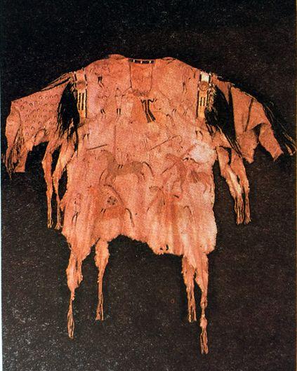 """L'ARTE DELLA PREISTORIA (neolitico moderno) PITTOGRAFIA DEL NEOLITICO MODERNO  """"Camicia maschile in pelle dipinta degli indiani Mandans del Basso Missouri, Stati Uniti (circa 1750, Museo dell'uomo, Parigi.""""... #art #camicia #oil #history #preistoria #canvas #disegno #indiani"""