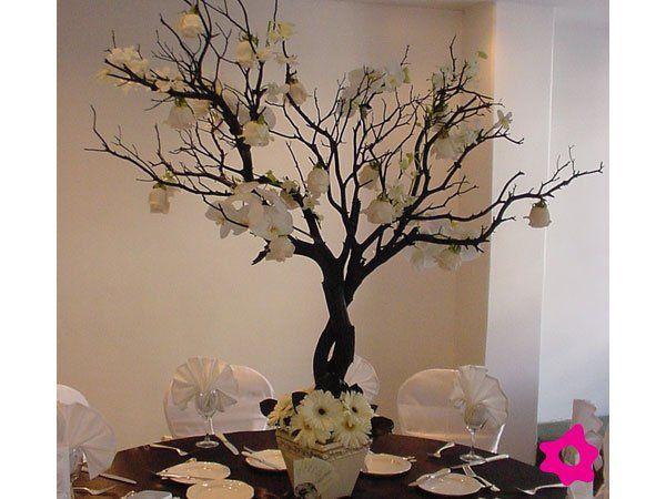 Centro de mesa para boda con ramas y flores blancas