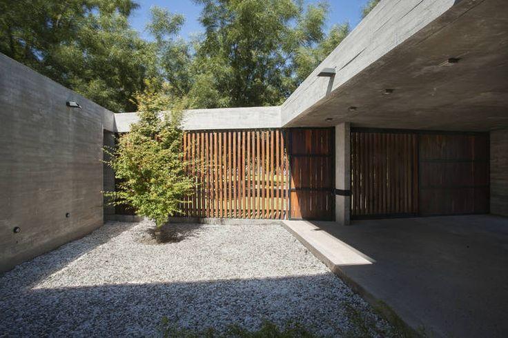 Casa G493: austeridad y mesura sobre el llano en Santa Fe