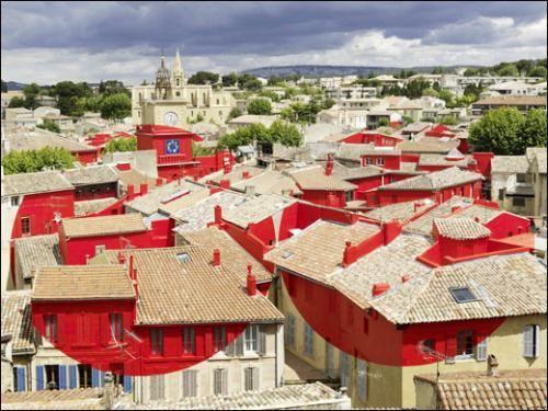 Felice Varini, Double disque évidé par les toits, 2013. Peinture acrylique sur feuille d'aluminium autocollante. Salon de Provence / M...