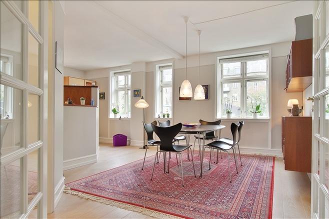 Tof voor het nieuwe kantoor, én goed voor akoestiek!  Persian carpet in a modern setting