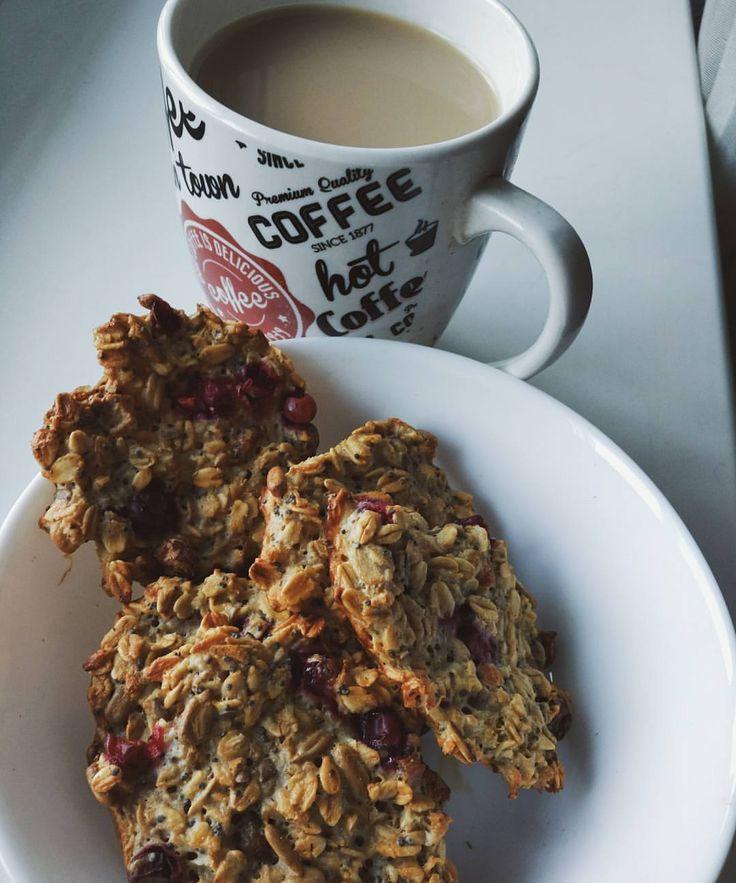 """528 Likes, 7 Comments - Беременность✨ЛюбовьФитнес (@nataliamit) on Instagram: """"Мне овсяные печенеги с брусникой, а ему блинчики с вареньем Завтрак удался#goodmorning ☀…"""""""