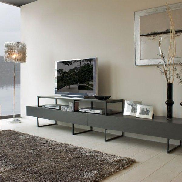 Mueble de salón con patas metálicas