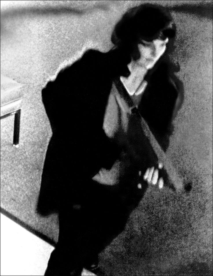 Фото с камеры наблюдения, на котором Патти Хёрст запечатлена во время ограбления…