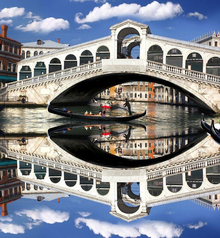 Pont du Rialto Le pont du Rialto (Ponte di Rialto) est l'un des quatre ponts qui traversent le Grand Canal de Venise, avec le pont de l'Académie (Ponte dell'Accademia), le pont des Déchaussés (Ponte degli Scalzi), et le tout nouveau pont de la Constitution (Ponte della Costituzione). Le pont du Rialto est cependant le plus ancien et certainement le plus célèbre d'entre eux, ainsi que l'un des monuments les plus visités de la cité.