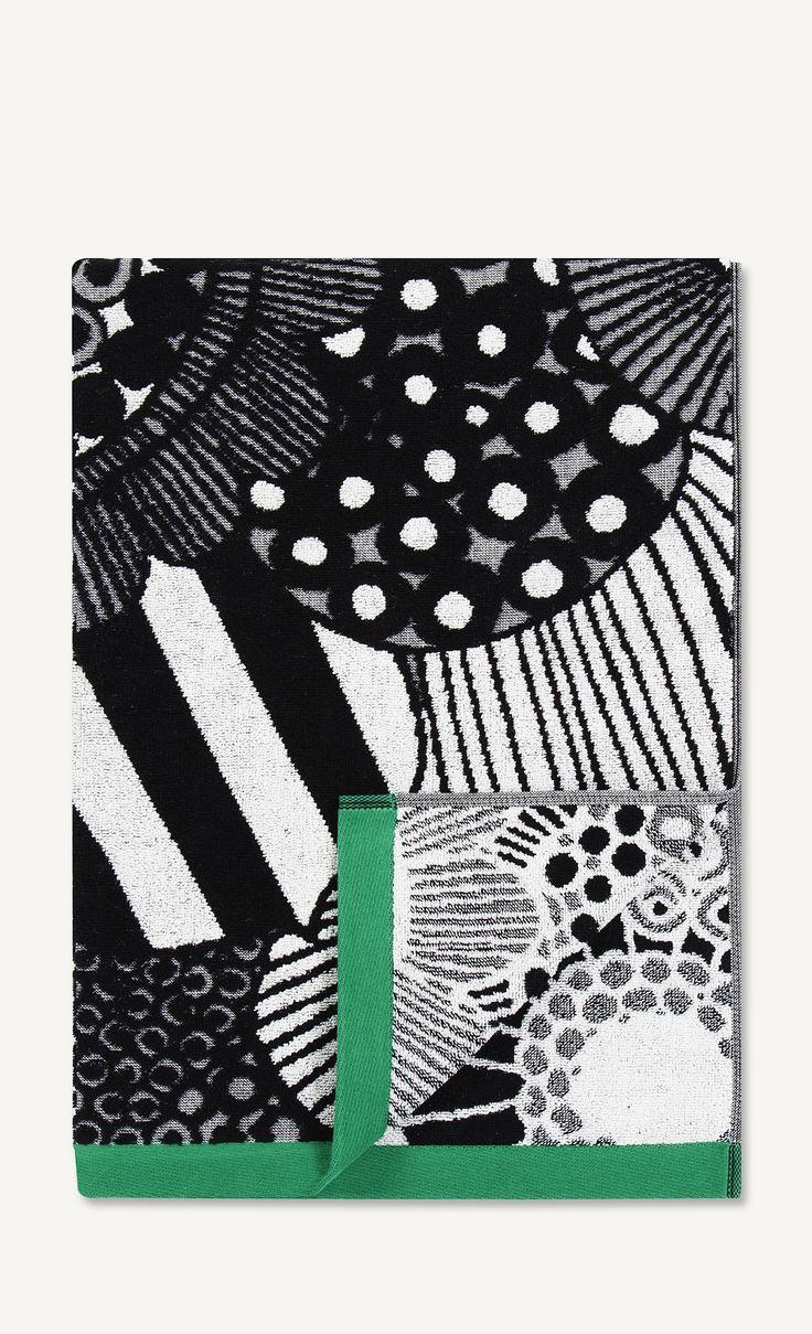 Grønne/sorte/hvide håndklæder fra Marimekko i serien Siirtolapuutarha