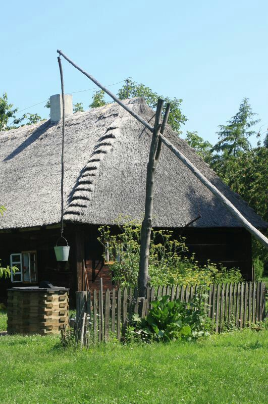 Chałupa i żuraw z 1784 roku.  Chałupa, chata, lodge, haus, hutte, capanna, choza, хижина, Хатина, 小屋, 棚屋, хижа, lều, कुटिया, กระท่อม, كوخ  ,צריף , kabano, kulübe, hut, kota, cottage, kunyhó, colibă, καλύβα, ខ្ទម, ஹட், kibanda, کٹیا