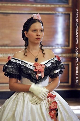 Robe de 1866 version corsage de bal en soie blanche et dentelle Chantilly, ornementation de roses.