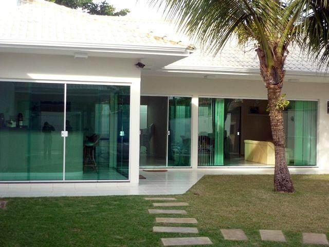 Portas e janelas com vidro temperado.