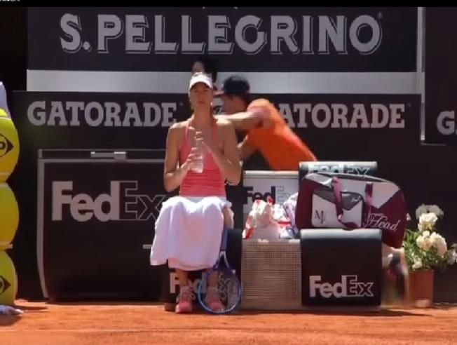 Un recogepelotas se pega un porrazo detrás de Maria Sharapova en Roma