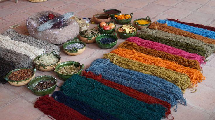 Lana teñida con colorantes naturales como la cochinilla, en el taller de Nelson Perez Mendoza artesano de Teotitlan del Valle, Oaxaca, Mex.