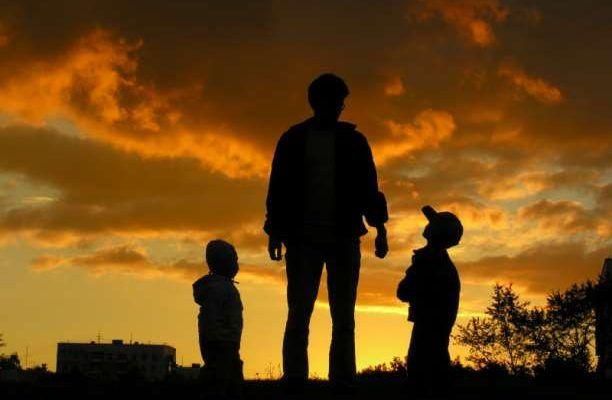 Η οικογένεια ως βατήρας Το σπίτι όπου έζησε το παιδάκι που ήμουν κάποτε, και τα πρόσωπα με τα οποία μοιράστηκα την οικογενειακή μου ζωή υπήρξαν ο βατήρας πάνω στον οποίο πάτησα για να εκτελέσω το άλμα προς την ενήλικη ζωή μου. Η οικογένεια αποτελεί πάντοτε τον βατήρα, και κάποια στιγμή πρέπει να σταθούμε στην άκρη …