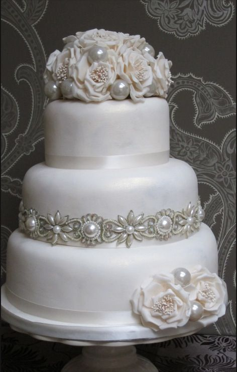 Ooh nice flowers on this wedding cake.