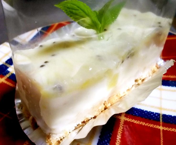 生クリームは使わず、お豆腐とクリームチーズを固めたデザートです。下に敷く市販のビスケットが湿っていい感じに出来ます。   材料 (17×17㎝四角型1台分) ■ 豆腐レアチーズ生地 ●クリームチーズ 200g ●豆腐(絹でも木綿でも) 200g ●好みのジャム(マーマレード) 50g ★豆乳 100㏄ ★砂糖 50g ※板ゼラチン 10g ▲レモン汁(ポッカレモン) 大さじ2 ■ 底に敷く 市販のビスケット(チョイス) 11~12枚 ■ キウィゼリー キウィ 1個 砂糖 25g 豆乳 100㏄ 板ゼラチン 4g