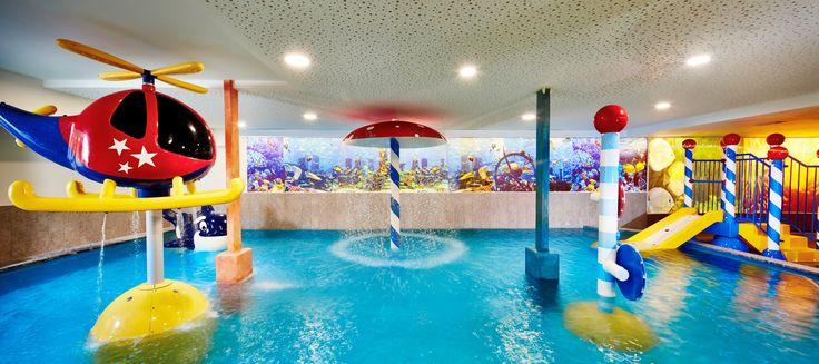 Kinder-Erlebnishallenbad mit tollen Wasserspielen im Hotel Feldhof in Naturns