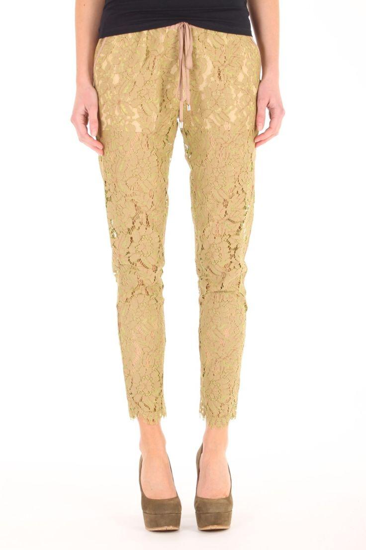Deze broek van Twin-Set is gemaakt van viscose, katoen en polyamide. De broek is gevoerd met polyester tot net onder het kruis. De kanten broek heeft een koordje in de band en 2 steekzakken en is perfect voor een zomerse dag door de luchtige stof. T2