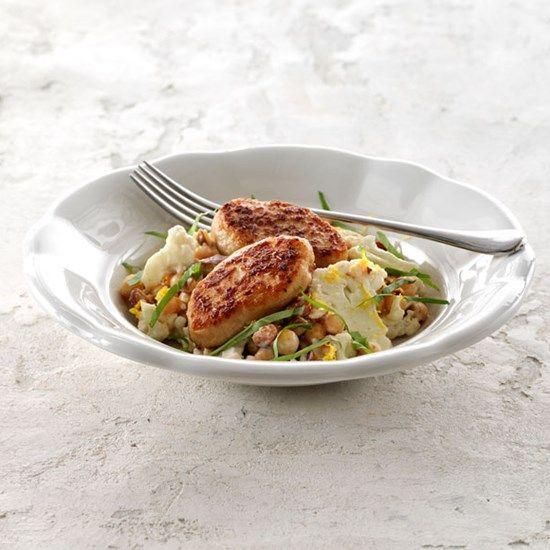 Stegte kyllingefrikadeller med kikærtesalat