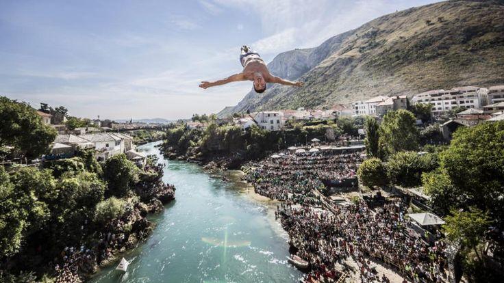 Der Tscheche Michal Navratil beim Klippenspringen in Mostar/Bosnien-Herzegowina