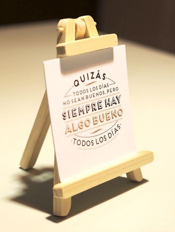 Mini Tripode con mensajes :) Realizado con madera natural.