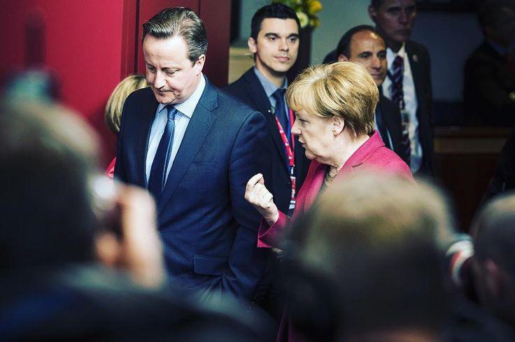 #Bundeskanzlerin Angela #Merkel und der britische Premierminister David #Cameron unterhalten sich auf dem Weg zum Familienfoto während des #EU - Rats in Brüssel. by bundeskanzlerin