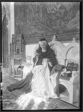 Postura în care este surprinsă Regina Elisabeta, în această fotografie (probabil la puțină vreme după moartea soțului său, Regele Carol I, în anii de neutralitate a României, din timpului primului …