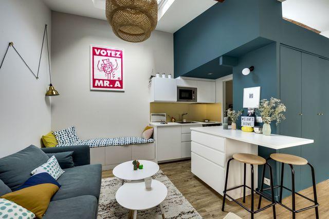 Le salon est ouvert sur l'espace cuisine et décline la même palette de couleurs