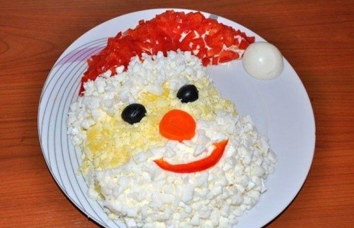 """Салат """"Дед Мороз-Красный нос"""" http://mirpovara.ru/recept/2490-salat-ded-moroz-krasnyj-nos.html  Салат """"Дед Мороз - Красный нос"""" - яркое незаменимое блюдо на новогоднем столе. Состав ингредиентов с...  Ингредиенты:  • Крабовые палочки - 250г. • Морковь отварная - 3шт. • Яйцо отварное - 3шт. • Картофель отварной - 2шт. • Майонез - 300г. • Оливки - 1шт. • Морковь - по вкусу • Перец болгарский красный - по вкусу  Смотреть пошаговый рецепт с фото, на странице…"""