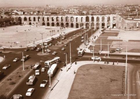 Surlardan tanımış olmanız muhtemel. Fotoğraf 1962'den. Şimdilerde Haşim İşcan Geçidi ve İstanbul Büyükşehir Belediyesi'nin bulunduğu yerde eskiden bir göbek varmış.