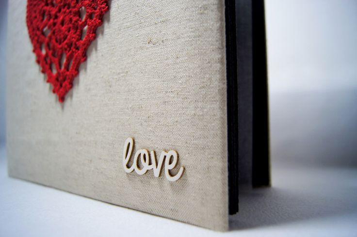 Album do wklejania zdjęć.  Album posiada 20 czarnych stron (10 kart) o wymiarach 24x24 cm, przełożonych białym pergaminem. Ręcznie oprawioną lnianym płótnem okładkę zdobi wykonane na szydełku,...