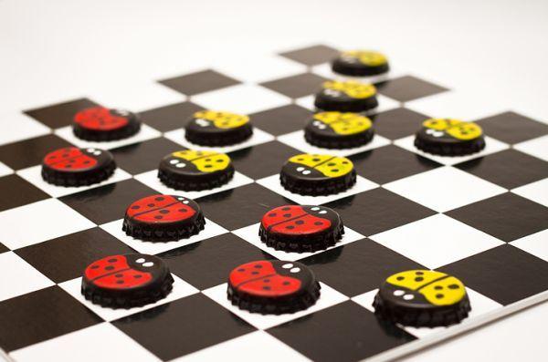 Jogo de damas com tampinhas é ótima opção para reciclar seus lixos (Foto: diy-enthusiasts.com)