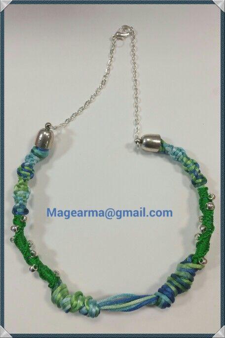 Collar azul y verde hecho en macrame