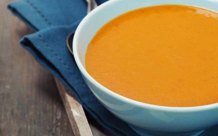 De winter is dit weekend toch nog even in het land, maar vanaf maandag is hij weer helemaal verdwenen. Grijp dus je laatste kans om nog even van een heerlijke winterse soep te genieten. Een soepje op basis van zoete aardappel, wortel, kokos en curry? Sounds delish!