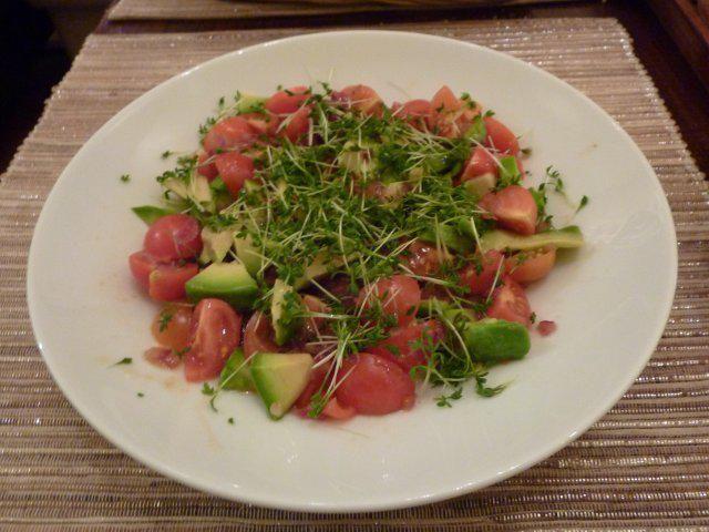 Das perfekte Avocado-Tomaten-Salat-Rezept mit Bild und einfacher Schritt-für-Schritt-Anleitung: Zwiebel klein schneiden in einer Pfanne mit Öl leicht…